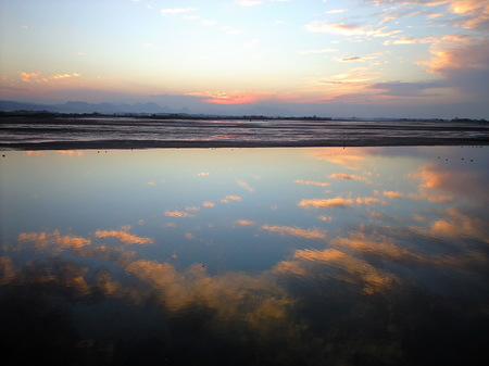 水面に映る夕雲