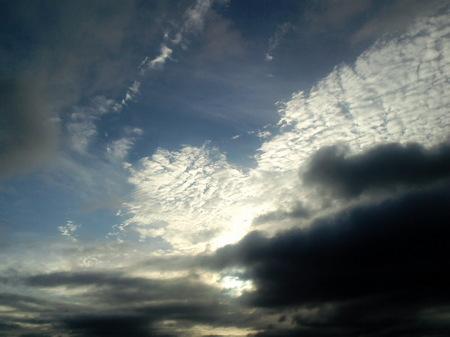 黒い雲の上
