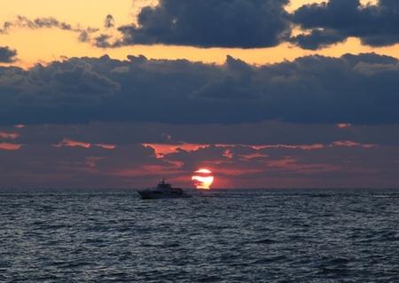 夕日と漁船.JPG