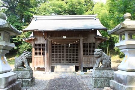 拝殿と狛犬.JPG