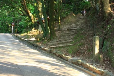 神籠石と参道.JPG